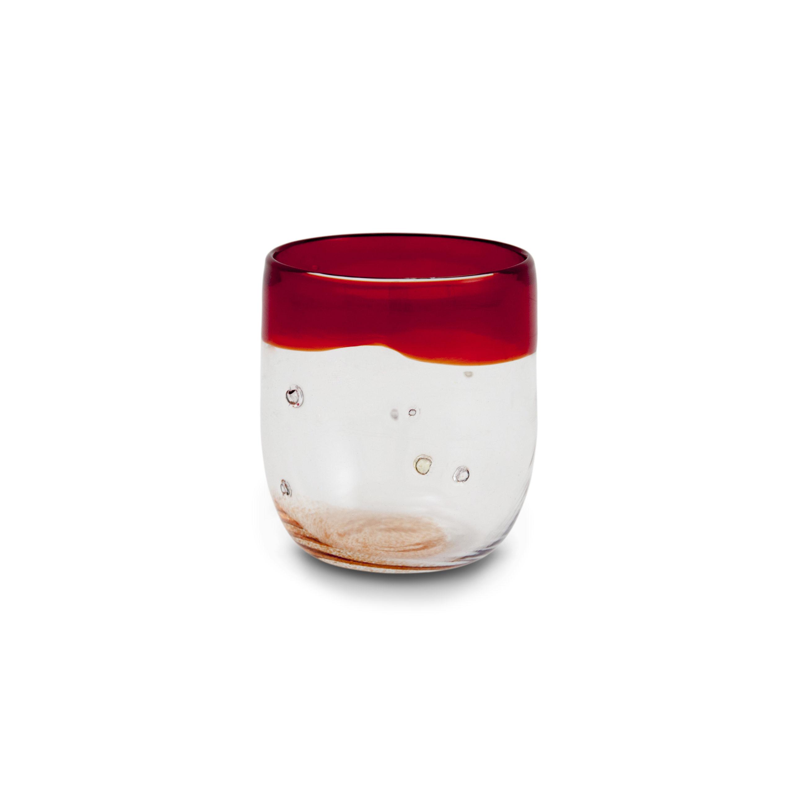 Bicchiere in vetro soffiato rosso con pepite d'argento